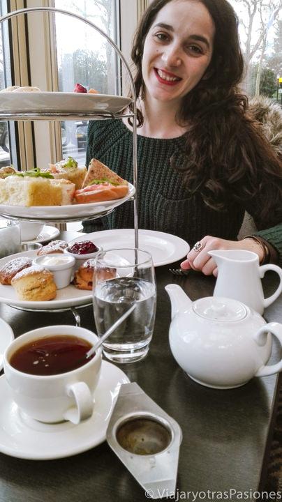 Delicioso té de las 5 en un hotel de Londres, Inglaterra