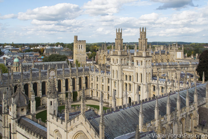 Panorama del espectacular All Souls College en Oxford, Inglaterra