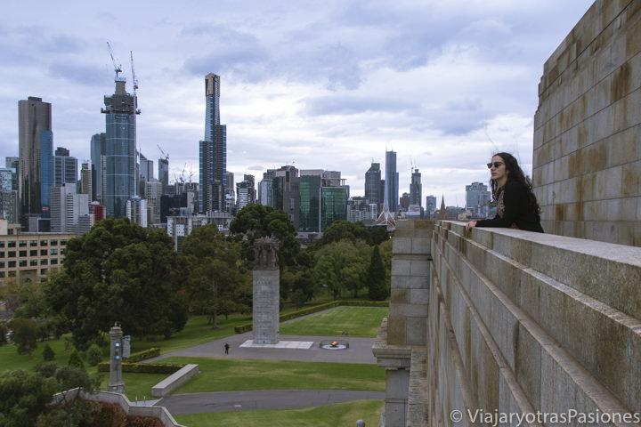 Panorama de Melbourne con nubes desde el Shrine of Remembrance