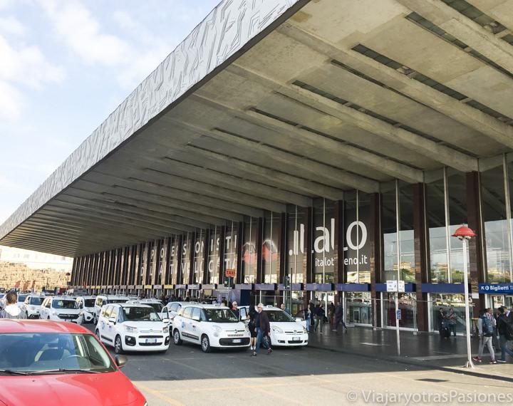 Area de espera para los taxis en la estación de Termini en Roma, Italia