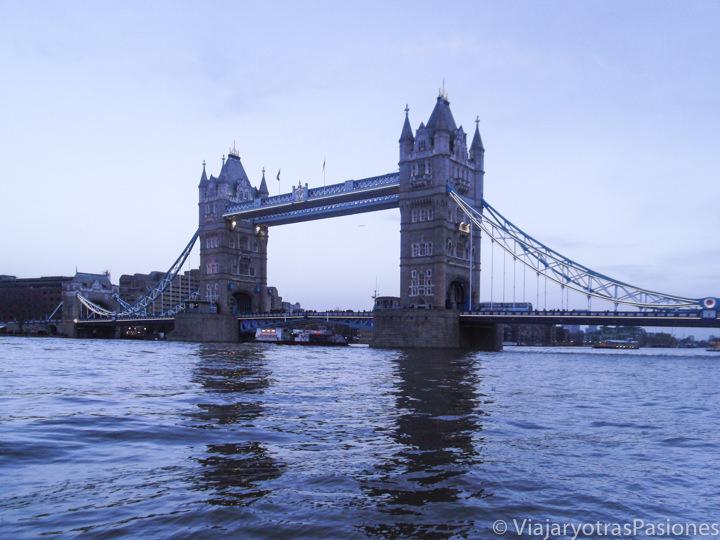 Atardecer del bonito Tower Bridge en Londres, Inglaterra