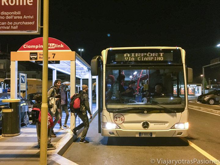 Imagen nocturna del bus para ir al centro de Ciampino desde el aeropuerto, Roma