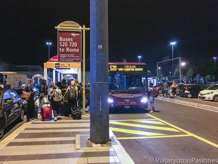 Parada del bus en el aeropuerto de Ciampino, Italia