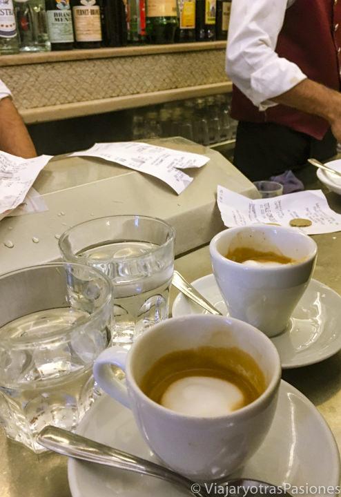 Típicos vasitos de cafe en el bar Sant Eustachio en el centro de Roma, Italia
