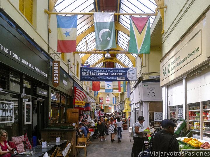 Pasillo en el interior del mercado de Brixton en Londres, Inglaterra