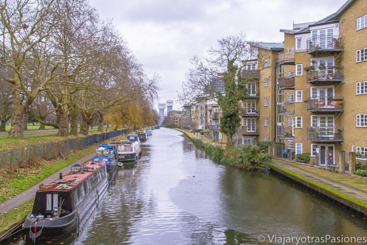 Bonito paisaje del canal de Victoria Park en Londres, Inglaterra