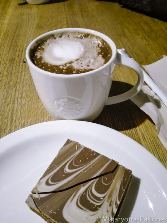 Vaso de chocolate caliente y un caramel shortbread en Londres