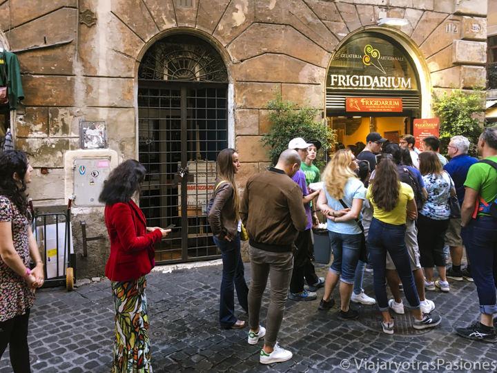 Cola para la famosa heladería Frigidarium en el centro de Roma, Italia