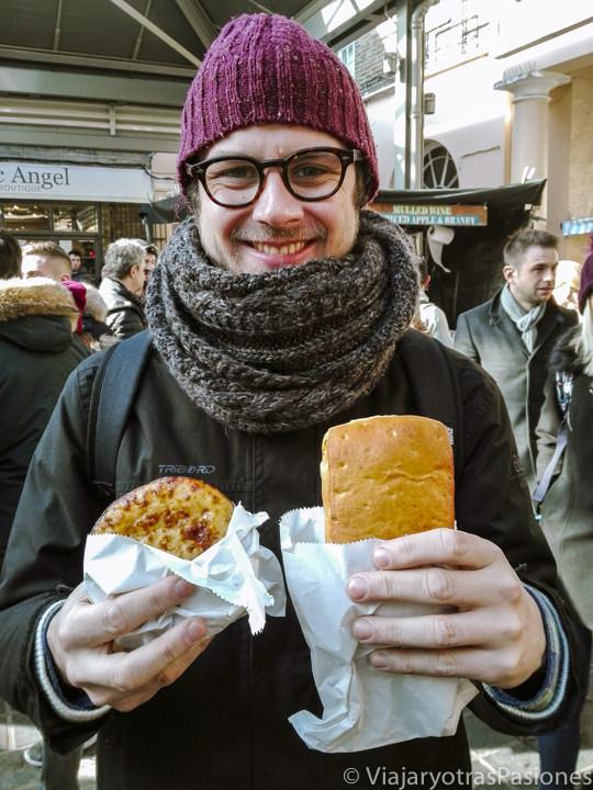 Típica pastie y quiche en el mercado de Greenwich en Londres