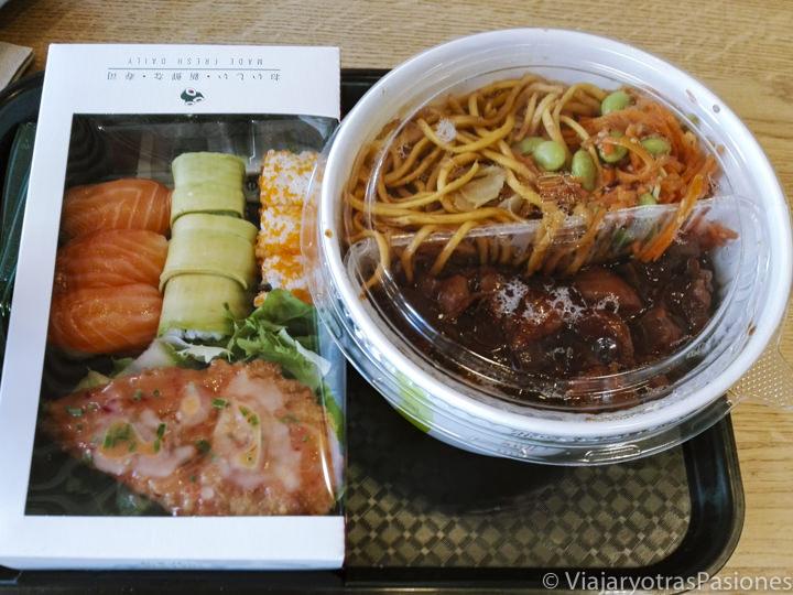 Primer plano de deliciosa comida japonesa en una tienda de Wasabi en Londres, Inglaterra