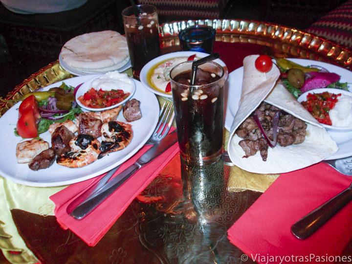 Comida tradicional libanesa en un restaurante de Londres, Inglaterra