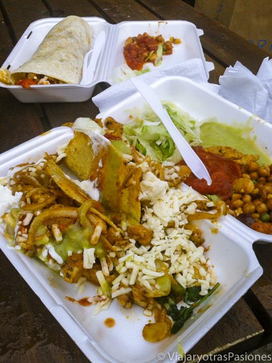 Típica comida para llevar en el mercado de Brick Lane, Londres