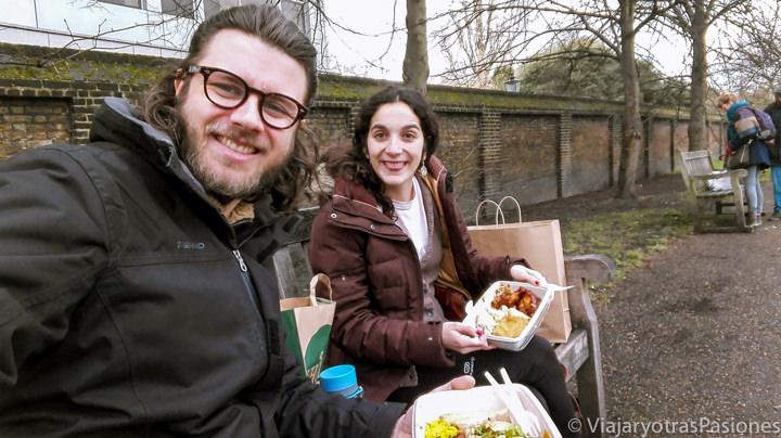 Pareja comiendo deliciosa comida de Whole Foods en Londres, Inglaterra