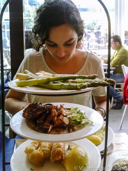 Comiendo porciones de sabrosa comida griega de la cadena Real Greek en Londres