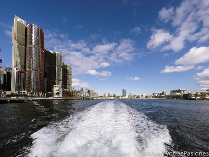 Panorama del hermoso Darling Harbour desde el barco para ver las ballenas, Sydney