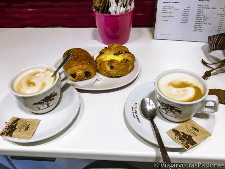 Típico desayuno italiano en el bar Santeo cerca del Circo Massimo, Roma