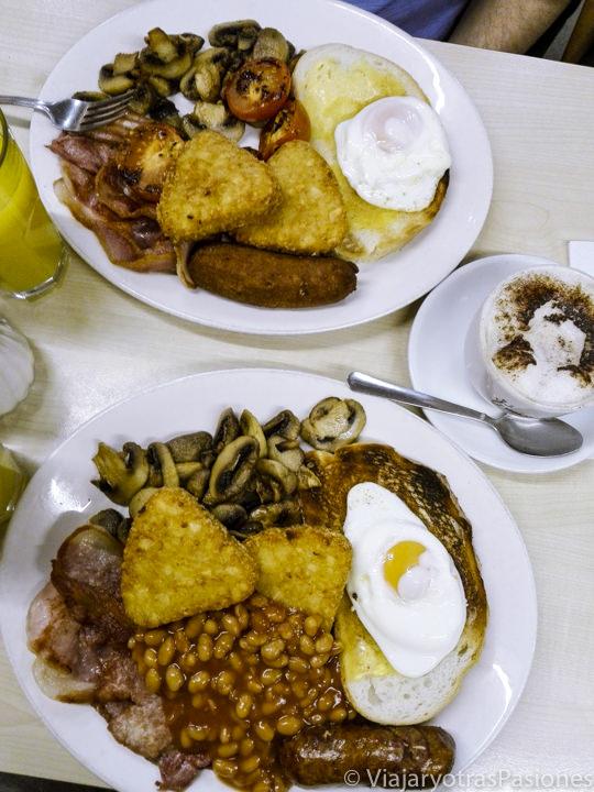Típico desayuno Full English Breakfast que se puede comer en Londres, Inglaterra