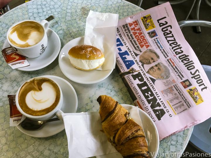Típico desayuno en un café de Trastevere en Roma, Italia