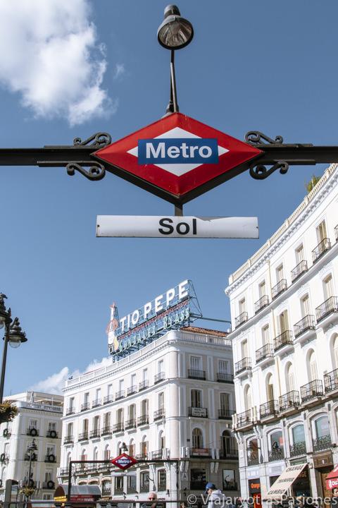 Icónica entrada de la parada del metro en la Puerta del Sol de Madrid, en España