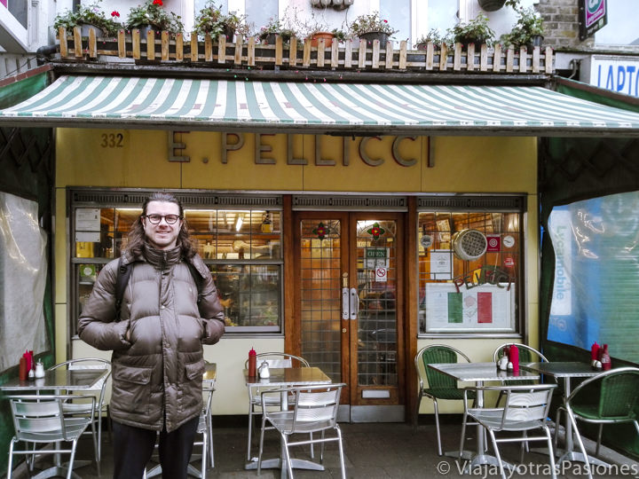 Fachada del famoso bar de Pellicci en el barrio de Bethnal Green en Londres