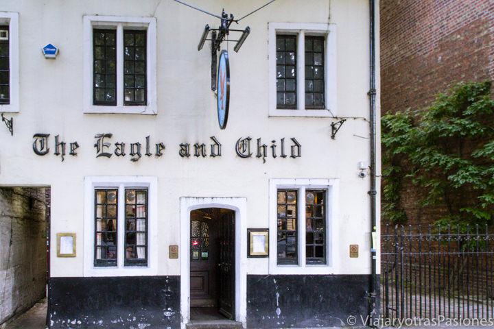 Fachada del famoso pub de JRR Tolkien The Eagle and Child en Oxford, Inglaterra