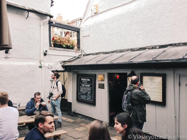 Terraza exterior del famoso Turf Tavern en Oxford, Inglaterra