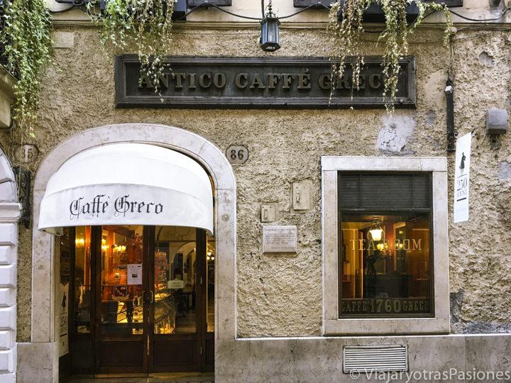 Exterior del histórico Caffé Greco en la famosa via Condotti de Roma, Italia