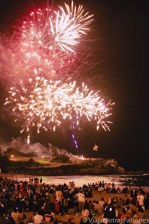 Hermosos fuegos artificiales en la playa de Coogee en Sydney, Australia