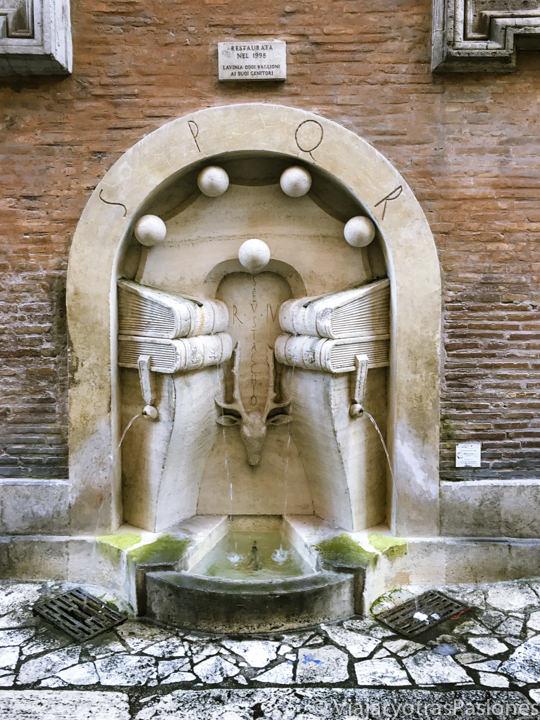 Espectacular fuente en el centro de Roma, Italia