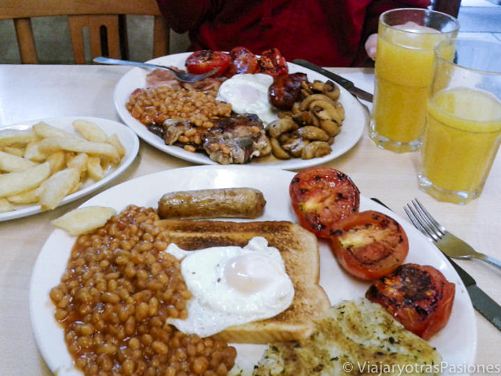 Imagen de un típico full english breakfast en la famosa tienda de Pellicci en Londres, Inglaterra