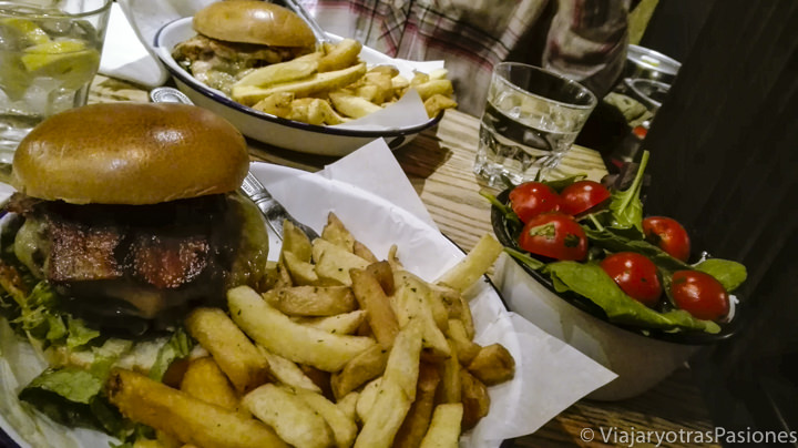 Espectaculares hamburguesas y patatas en Londres, Inglaterra