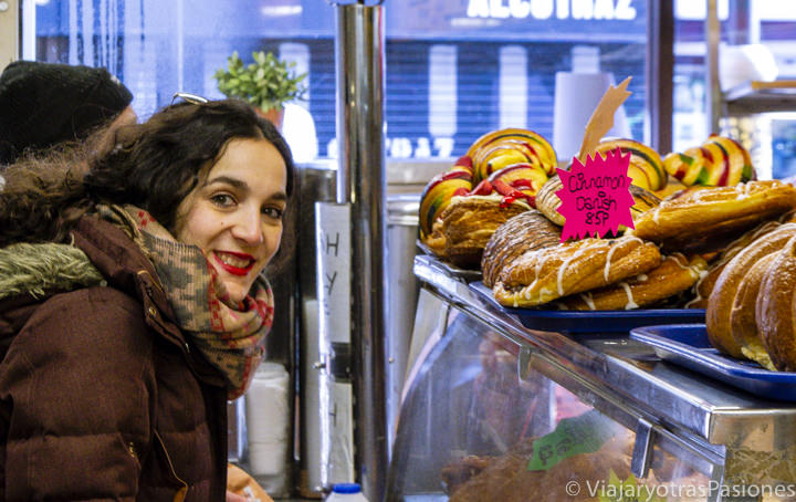 Comprando buena comida en el beigel shop de Brick Lane en el este de Londres