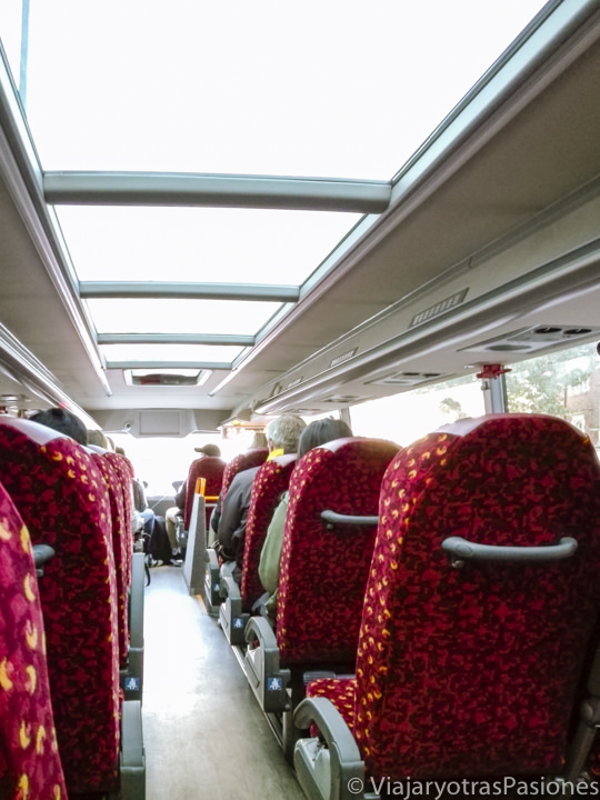 Interior del bus para ir de Londres a Oxford, Inglaterra