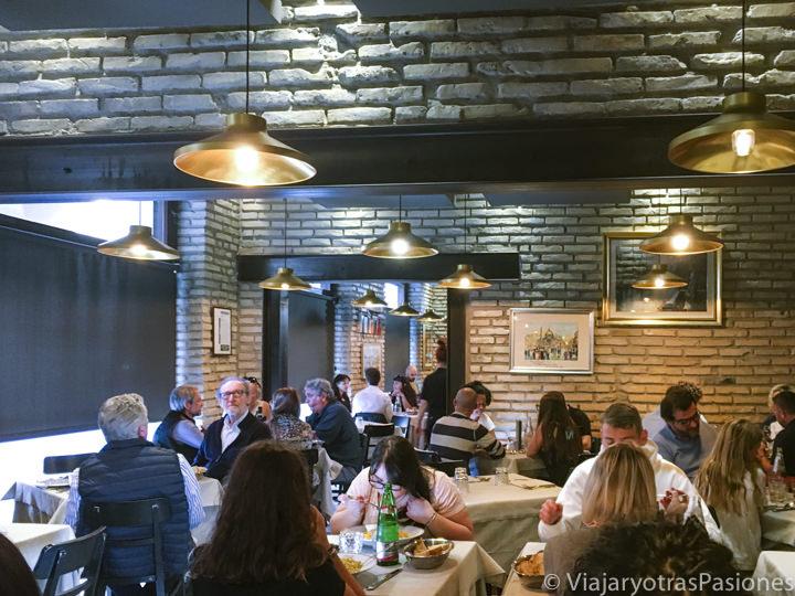 Interior del célebre restaurante da Felice en el barrio de Testaccio, Roma