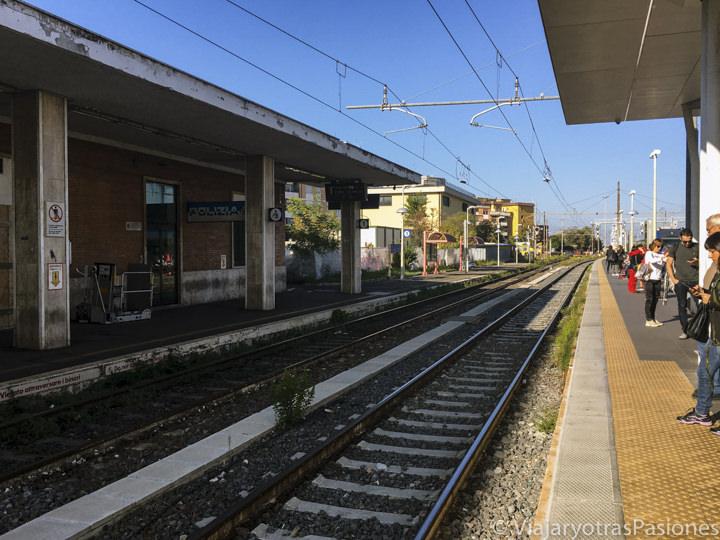 Via del tren en la estación de Ciampino, cerca de Roma, en Italia