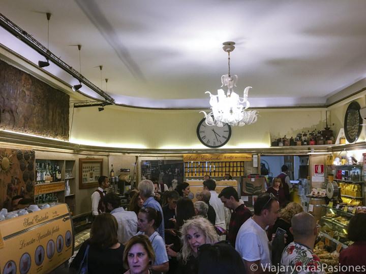Lleno interior de mítica cafetería Sant Eustachio en el centro de Roma, Italia
