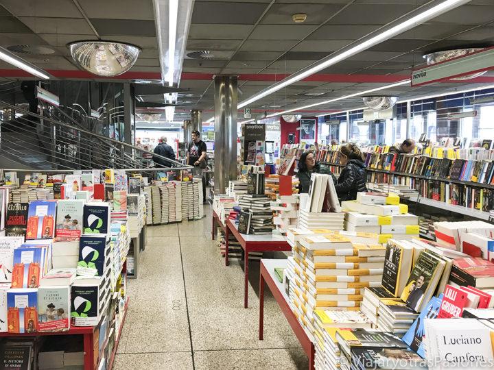 Interior de la librería en la entrada de la estación de Termini, en Roma