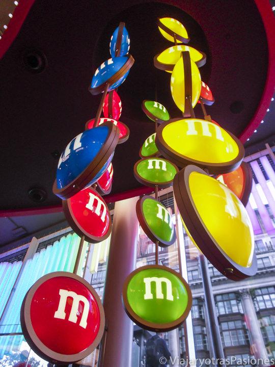 Interior de la tienda de los M&M's en Leicester Square en Londres