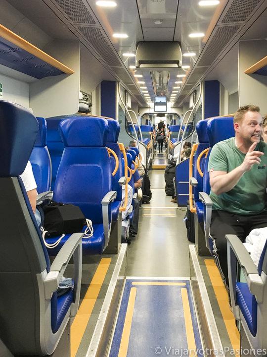 Interior del tren Leonardo Express para viajar entre Fiumicino y Roma, Italia