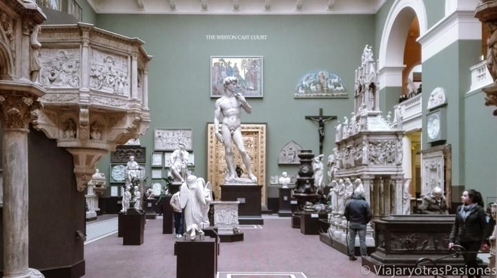 Sala interior del Victoria & Albert Museum en Londres, Inglaterra