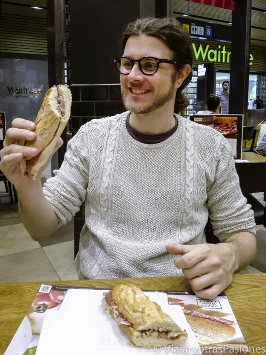Comiendo deliciosos bocadillos de jamón en Westfield Stratford en Londres