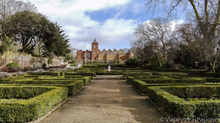 Vista de los jardines de la Holland House en Londres, Inglaterra
