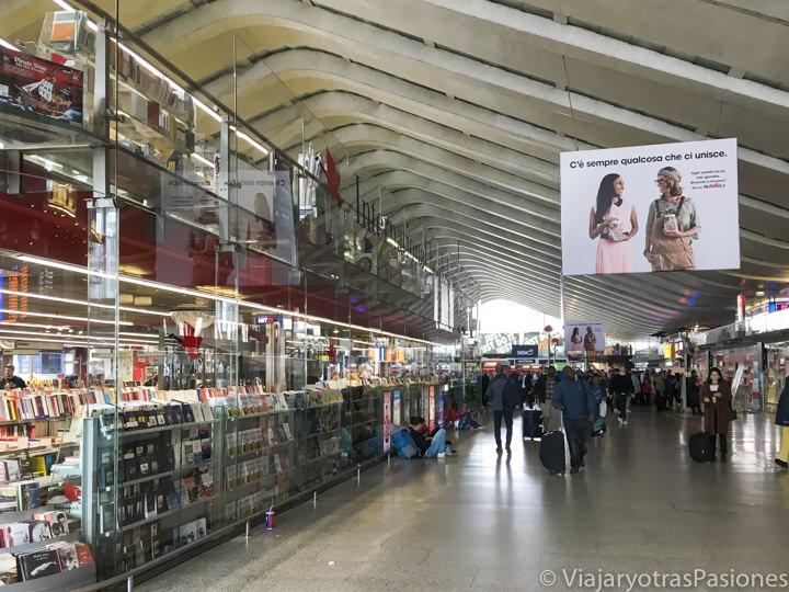 Interior de la estación de Roma Termini en Italia