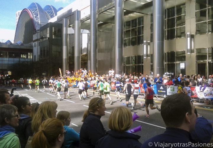 Imagen de la maratón de Londres pasando por Canary Wharf, Inglaterra