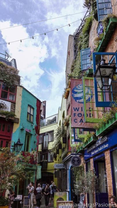 Famoso camino de Neal's Yard en el barrio de Soho en Londres, Inglaterra
