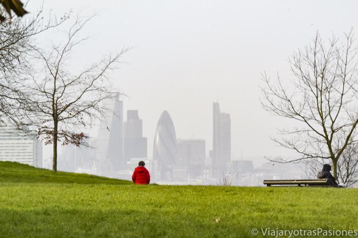 Típica vista de la city de Londres con niebla invernal