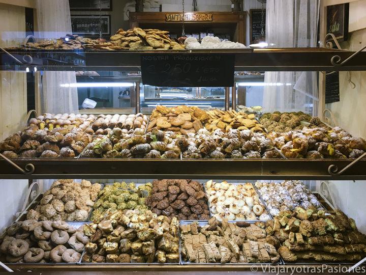 Vista de la increíble selección de pastas de la Panetteria romana e Spaccio di Paste en Trastevere