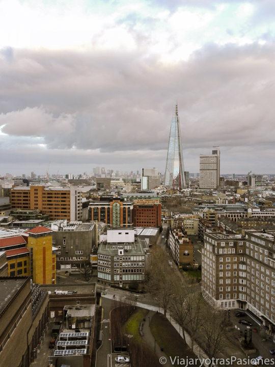 Tipico cielo nublado y gris de Londres en Inglaterra