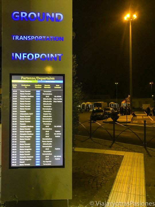 Pantalla con los horarios de los buses para ir a Roma en el aeropuerto de Ciampino, Italia