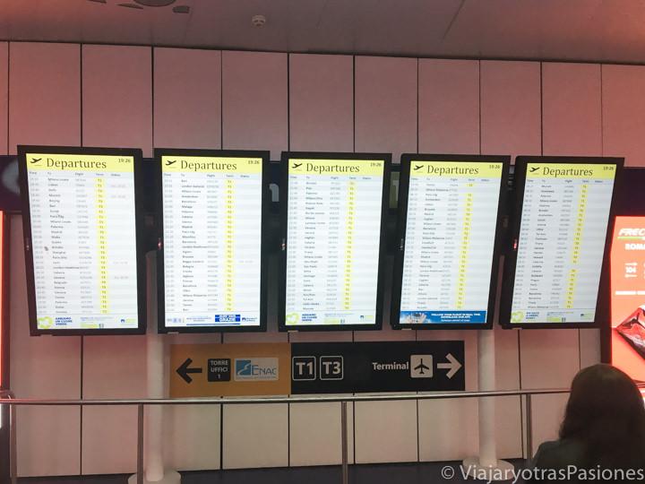 Pantalla de los destinos del aeropuerto de Fiumicino en Roma, Italia